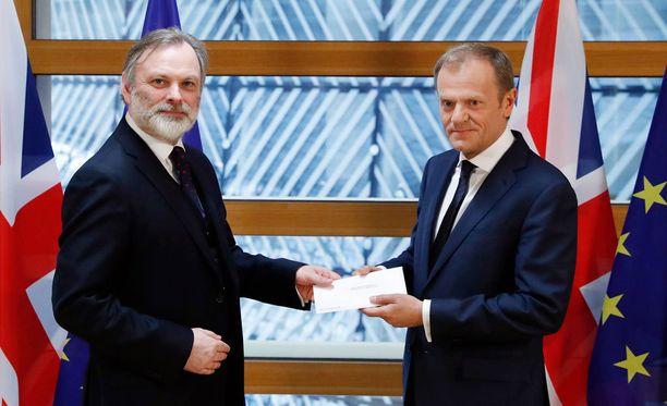 Britannian EU-lähettiläs Tim Barrow luovutti kirjeen Eurooppa-neuvoston puheenjohtajalle Donald Tuskille Brysselissä.