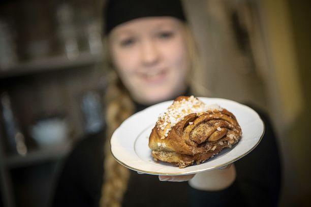 Kun kahvila on auki, leivotaan aina aamulla korvapuusteja. Jenny Mobergin mukaan heillä on liukuvat aukioloajat. Ketään ei heitetä ulos, vaikka kahvila sulkeutuisi.