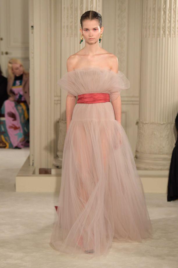Myös toinen puku on Valentinon romanttinen luomus.