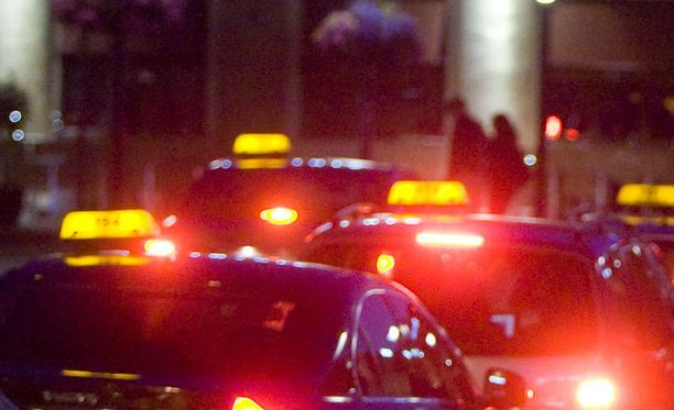 Raivoava suomalaismies ei suostu kuuntelemaan virolaista taksikuskia lainkaan. Kuva ei liity tapaukseen.