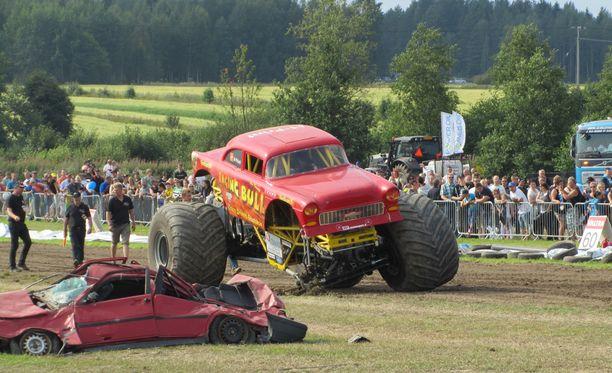 Lauantaina Power Truck-tapahtumassa monsteriautosta irronnut rengas lensi yleisöön.