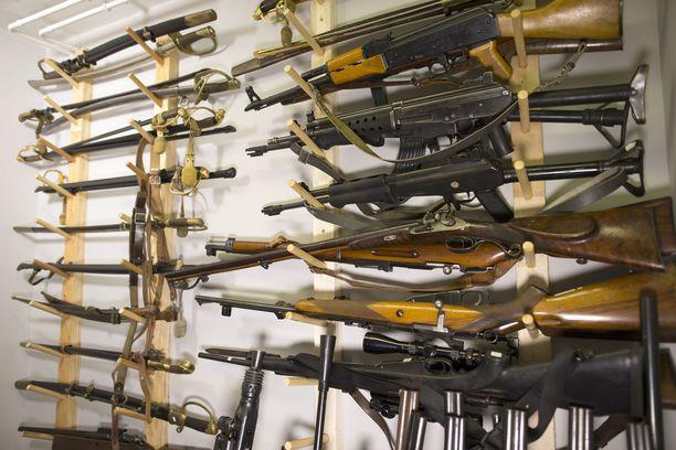 Asekeräilijöitä uhkasi yleinen kielto ampua kokoelma-aseilla, mutta tämä kohta on poistettu uudesta esityksestä.