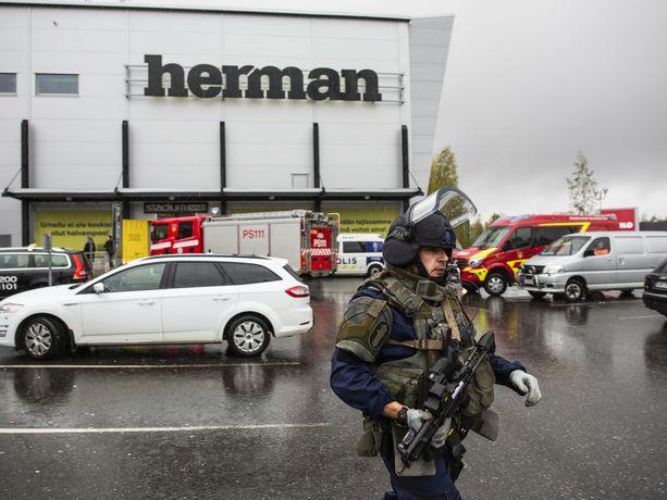 Poliisioperaatio Kuopion kauppakeskus Hermanissa.