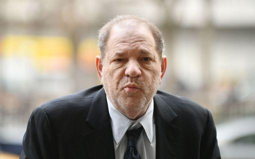 Tänään tv:ssä: Harvey Weinsteinin ahdistelemien naisten hyytävät tarinat - outo tissikommentti tallentui nauhalle