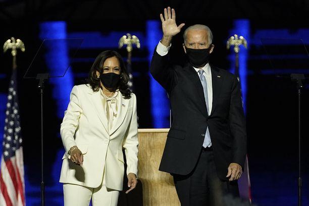 Joe Biden ja Kamala Harris johtavat Yhdysvaltojen seuraavaa hallitusta. Kuva lauantain voitonjuhlista Delawaresta.