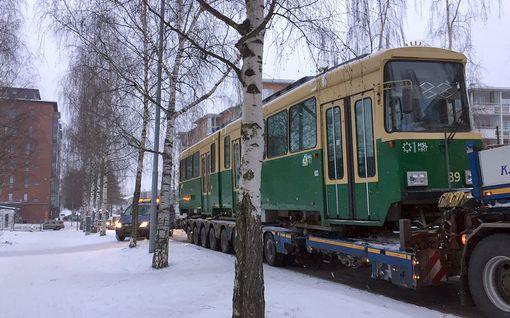 Kuva: Helsingin vanha raitiovaunu kuljetettiin uuteen kotiinsa Tampereelle – lahjoitettu vaunu kunnostetaan kahvilaksi