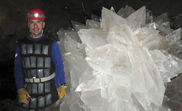 Mikrobit olivat jääneet loukkuun kipsikristallien sisällä oleviin pieniin vesitaskuihin.