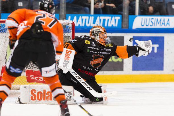 KooKoo-vahti Henrik Haukeland torjuu HPK:n Filip Krivosikin lähentelyt.