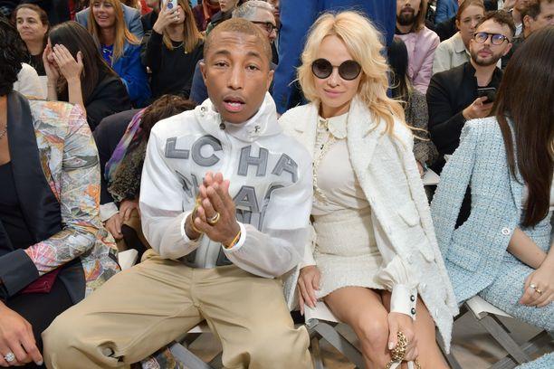 Pamela Andersonin lisäksi Chanelin eturivissä nähtiin muun muassa Pharrell Williams.