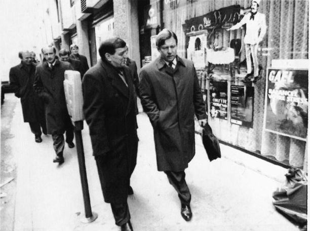 Ministerit Paavo Väyrynen ja Pertti Salolainen Brysselissä helmikuussa 1993. Vielä tässä vaiheessa Väyrynen oli mukana neuvottelurumbassa, mutta hän siirtyi sittemmin unionin vastustajien johtajaksi.