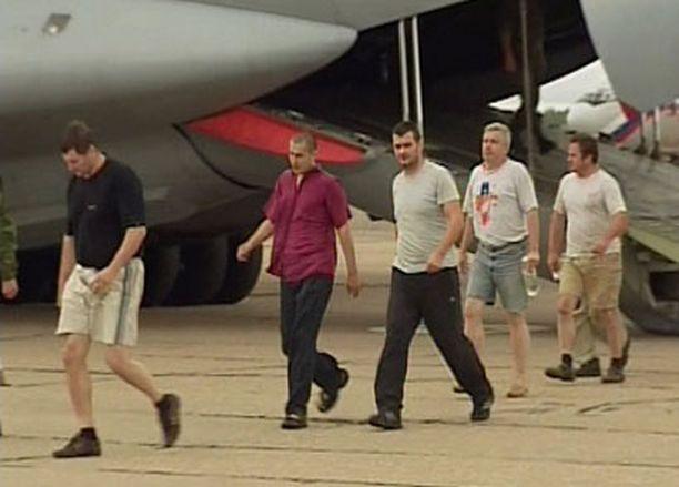 Arctic Sean miehistöä palaamassa Venäjälle kaappauksen jälkeen.