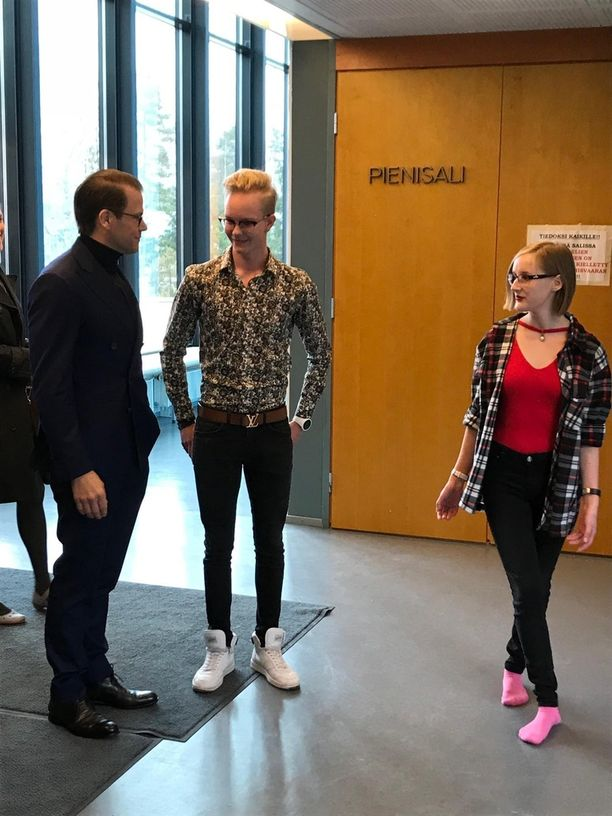 Espoossa Juvanpuiston koululla prinssi Danielille näyttivät paikkoja oppilaat Iisakki Nisula ja Tiina Puumalainen.