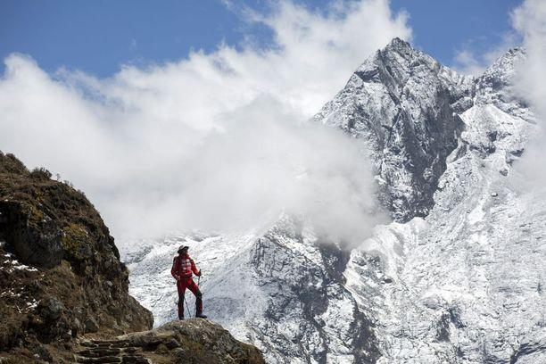 Unkarilainen vuorikiipeilijä Szilard Suhajda matkallaan Mount Everestin perusleiriin. Hänen vuonna 2017 matkaa taittaneen retkikuntansa tarkoituksena oli kiivetä Everestin huipulle ilman lisähappea. Matka oli keskeytettävä vaarallisten sääolosuhteiden vuoksi.