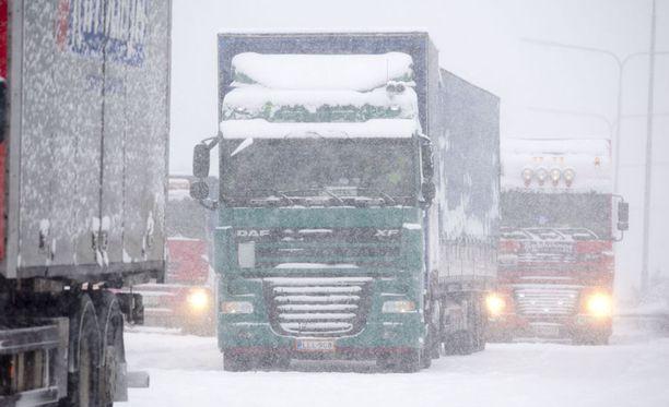 Ajokeli on huomenna huono tai erittäin huono suuressa osassa maata lumisateen sekä voimakkaan tuulen yhteisvaikutuksesta.
