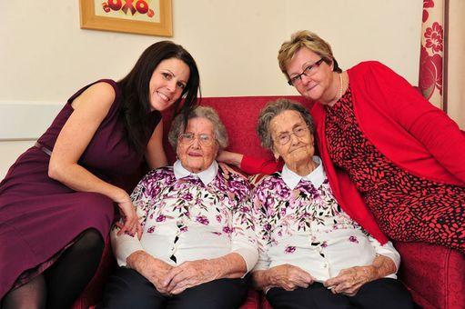Identtiset kaksoset Marjorie Gilbert ja Winifred Witt juhlivat 100-vuotissyntymäpäiviään joulukuussa hoivakodissa Britanniassa. Maailmassa arvellaan olevan vain 10-15 kaksosparia, joista kumpikin on saavuttanut 100 vuoden maagisen rajan.