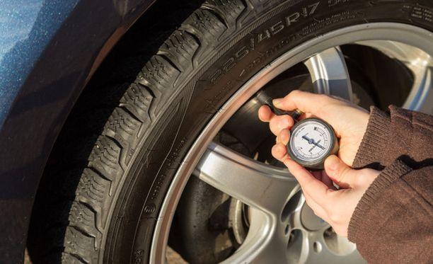 Renkaiden kunto ja ilmanpaineet kannattaa tarkistaa ennen pidemmälle matkalle suuntaamista. Talvirenkaisiin kannattaa laittaa 0,2 baria suosituksia korkeampi ilmanpaine. Täydellä kuormalla ajettaessa rengaspainetta voi lisätä jopa 0,5 baria. Myös pyöränpulttien kireys on hyvä tarkistaa.