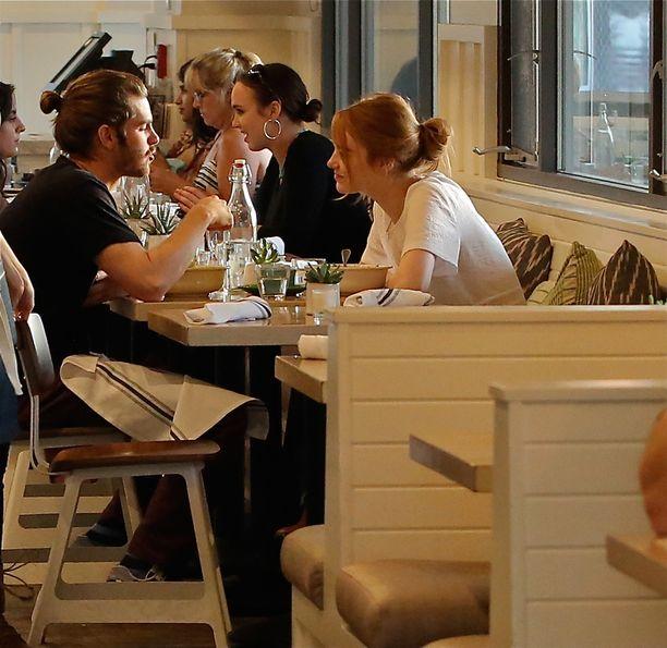 Elokuun alussa Andrew ja Emma paparazzattiin yhdessä illalliselta Los Angelesissa.