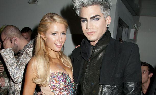 Paris poseerasi reilu viikko takaperin iloisesti Adam Lambertin kainalossa. Adam tunnetaan myös Sauli Koskisen miesystävänä.