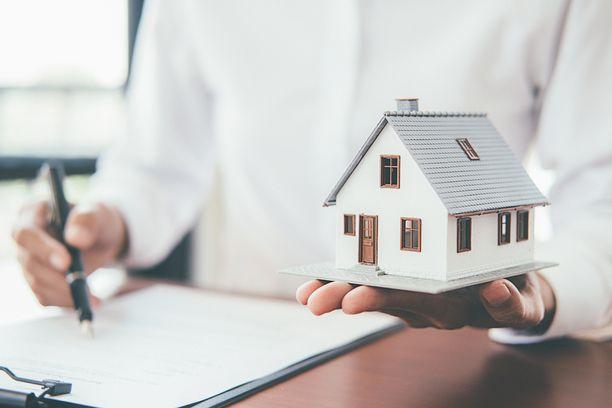 Esimerkiksi kotivakuutuksen hankkimisessa tulee ottaa huomioon muutakin kuin vakuutuksen hinta. Kuvituskuva.