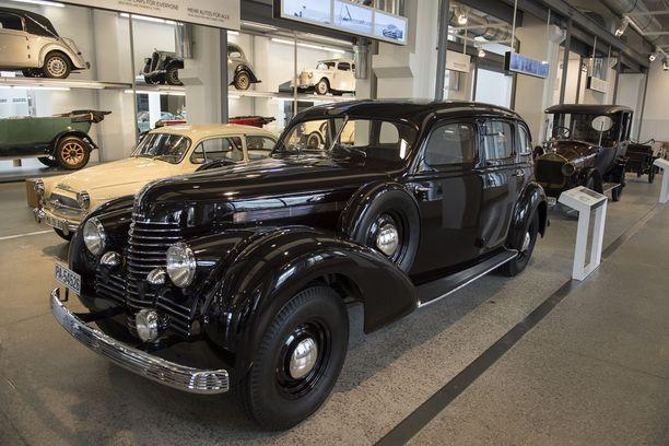 Myös sotakalustona. Škoda Superb mallia 1940, moottorina tuhti V8. Toisen maailmansodan aikana maan armeija käytti auton kuusisylinteristä versiota.