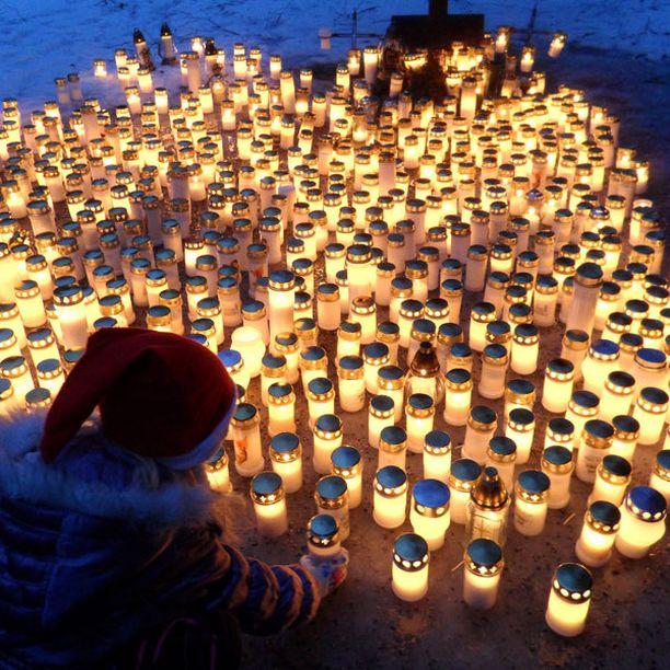 Jouluaattona hautausmaalla, muistokynttilöitä sytyttämässä.