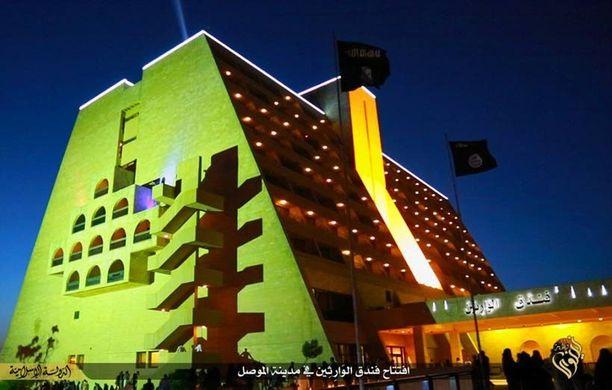 Isis avasi luksushotelli Ninawan uudelleen. Pihalla liehuvat Isisin mustat liput.
