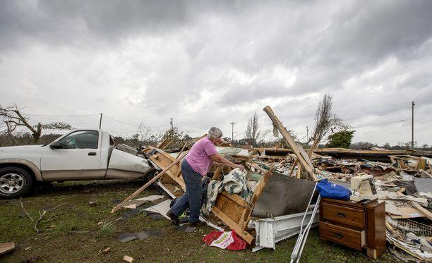 Yhdysvalloissa ainakin 16 ihmistä on saanut surmansa voimakkaissa myrkyissä viikonloppuna. Kuva on Georgian osavaltiosta, joka viranomaisten mukaan kärsi myrskyissä pahiten.