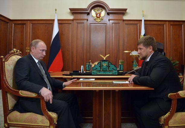 Venäjän presidentti Vladimir Putin (vas.) ja Tšetšenian tasavallan johtaja Ramzan Kadyrov ovat erinomaisissa väleissä.