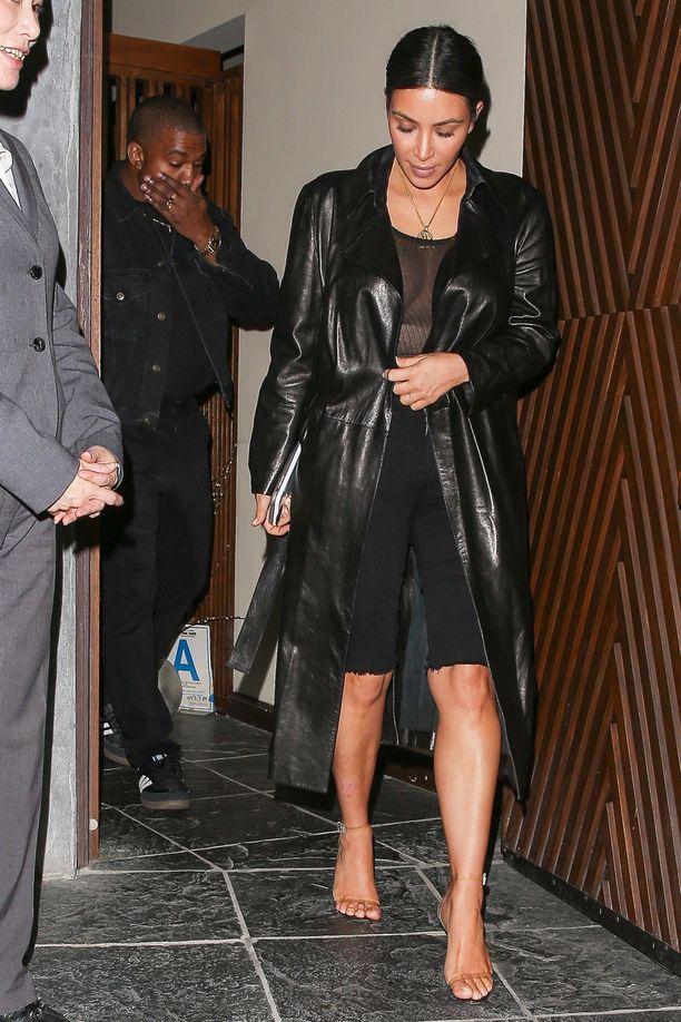 Kim Kardashian on viihtynyt pyöräilytrikoiden tyyliin katkaistuissa tiukoissa farkuissa jo pitkään.