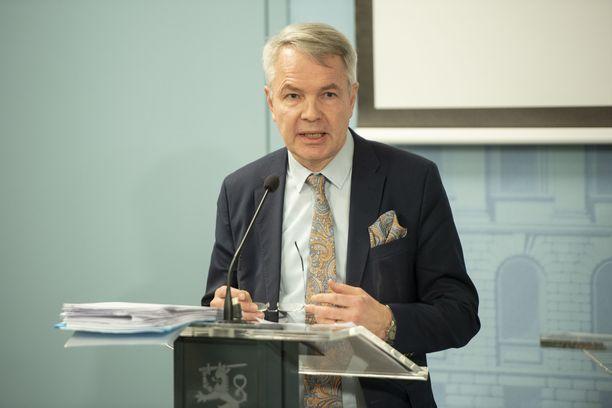Ulkoministeri Pekka Haavisto kertoo ulkomailla olevien suomalaisten tilanteesta. Kuva hallituksen tiedotustilaisuudesta 17. maaliskuuta.