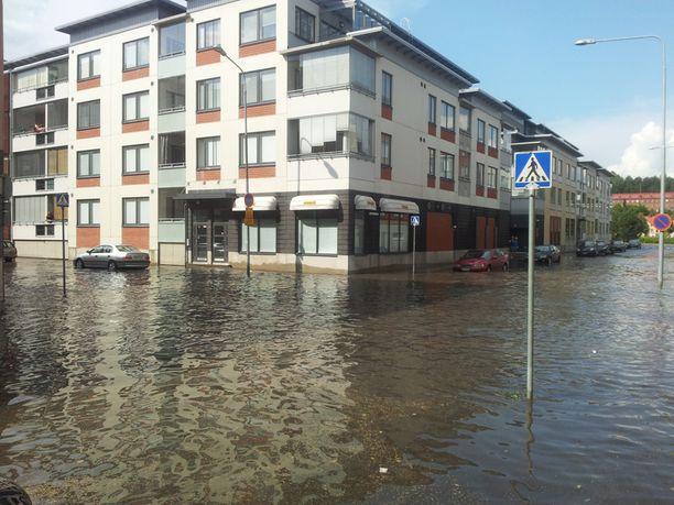 Snellmanninkatu tulvi Kuopiossa rankkasateen jälkeen rankasti.