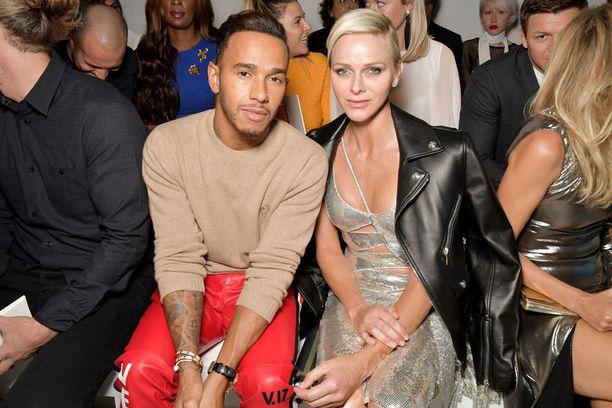 Lewis Hamilton ja ruhtinatar Charlene seurasivat muotinäytöstä yhdessä.