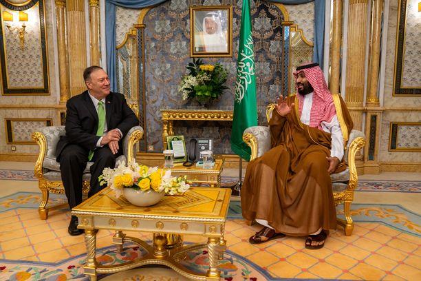 Kuvassa Saudi-Arabian todellinen johtaja kruununprinssi Mohammed bin Salman ja Yhdysvaltain ulkoministeri Mike Pompeo Jeddassa 18.9.2019.