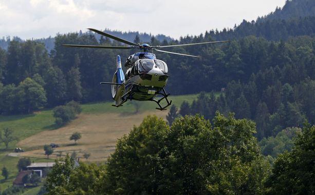 Saksan poliisi etsi Rauschia helikopterilla tiistaina.