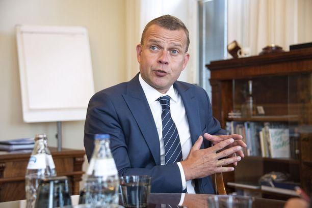 Valtiovarainministeri Petteri Orpon (kok) neljäskin budjetti on alijäämäinen. Orpo kuvattuna budjettiriihen alla työhuoneessaan Valtioneuvoston linnassa. KUVA: PETRI ANIKARI/IL.