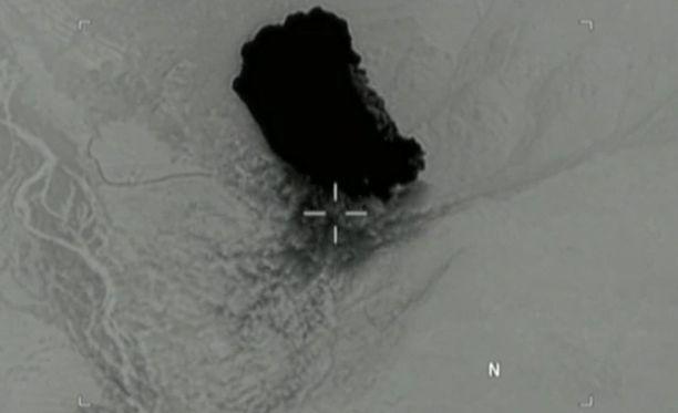 GBU-43/B:n räjähdys Afganistanissa nähdään lentokoneesta tai lennokista kuvatulla mustavalkoisella videolla.
