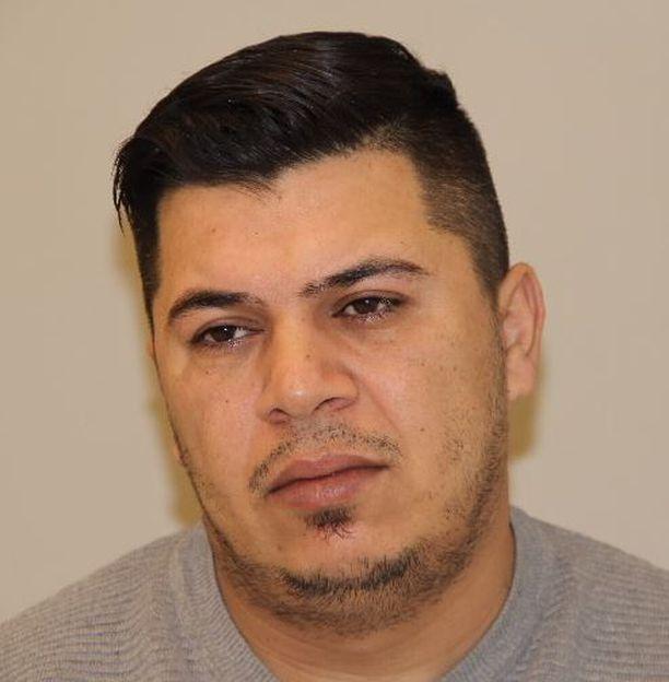 Hayder Abduljabbar Al-Hmedavia epäillään kahden henkirikoksen yrityksistä ja törkeistä pahoinpitelyistä. Mies on syntynyt vuonna 1985.
