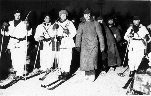 Talvisotaa seurasivat myös ulkomaiset toimittajat ja kuvaajat. Tämä on amerikkalaisen uutis- ja kuvatoimisto AP:n otos joulukuulta 1939. Kuvassa suomalaissotilaat kuljettavat venäläisiä vankeja.