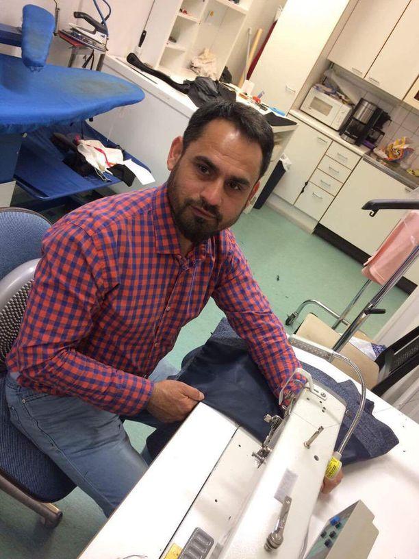 Nazir Ahmadilla on koulutustaan vastaava työ helsinkiläisessä ompelimossa.