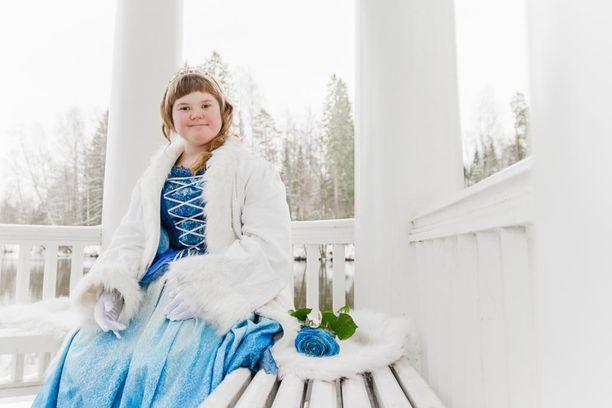 """""""Olen Elsi ja rakastan Frozenia. Pidän laulamisesta ja piirtämisestä. Parasta koulussa on leikkiä kavereiden kanssa. Äitiä autan kotona tiskaamisessa. Mun isosisko on hyvä leipomaan."""""""