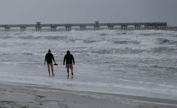 Floridassa paikallisista uskaliaimmat menevät rannoille seuraamaan tilannetta.