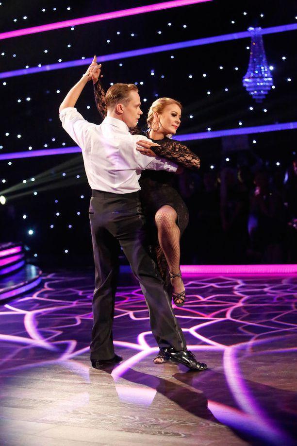-Nyt tuli tangontörinää pyttyyn! Näytti siltä että olitte tanssin päällä, sisässä ja imussa, Jorma Uotinen kehui Kirsi Alm-Siiran ja Marko Keräsen tanssia. Jokainen tuomari antoi parille 9 pistettä.