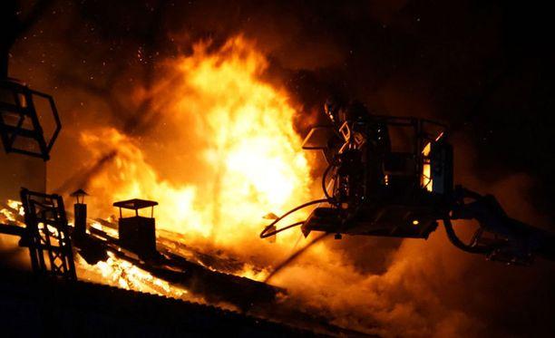 Ursininkadun asuinkerrostalon ullakko tuhoutui rajussa palossa, jota epäiltiin heti tuhopoltoksi.