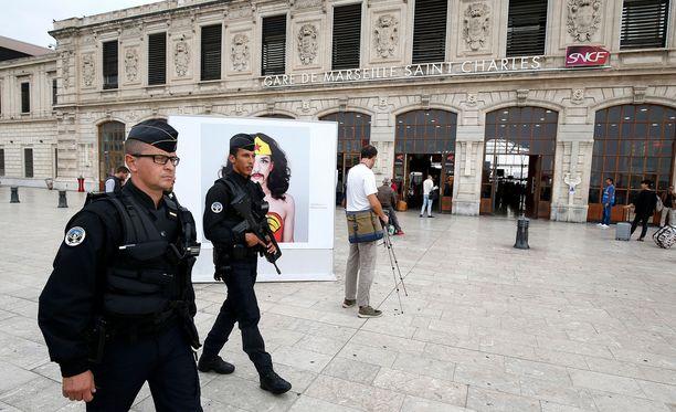 Poliisit partioivat rautatieasemalla Marseillessa, missä veitsimies hyökkäsi sivullisten kimppuun.