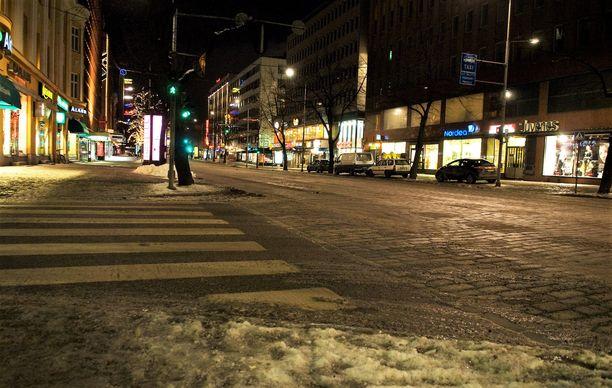 Syytetty talutti uhrinsa kotiinsa läpi aamuöisen Tampereen. Arkistokuva Hämeenkadulta.