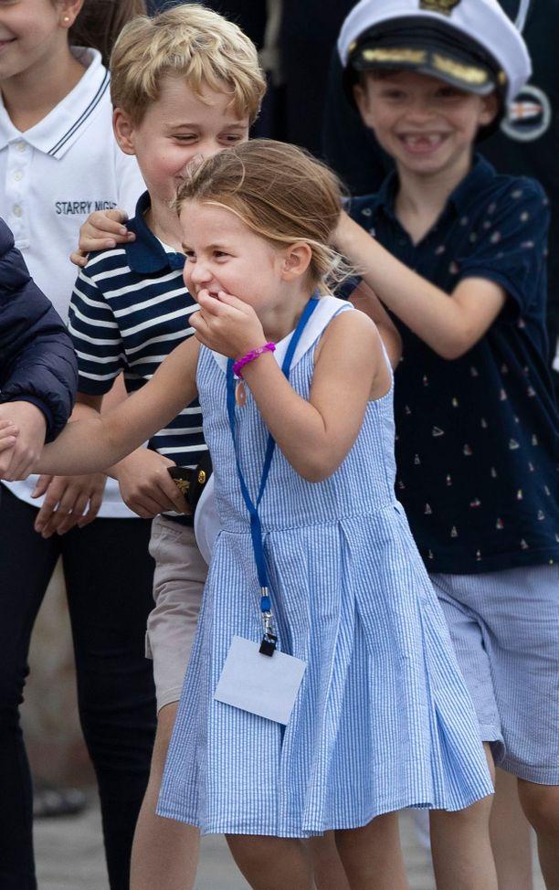 Jännittääköhän prinsessa Charlottea koulu, joka alkaa ensi viikolla? Taustalla raitapaidassaan virnuillee prinssi George.