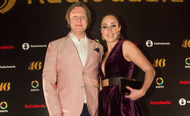 Jaajo Linnonmaa ja Anni Hautala aloittivat viikonlopun juhlaputken perjantaina Radiogaalassa Helsingissä.