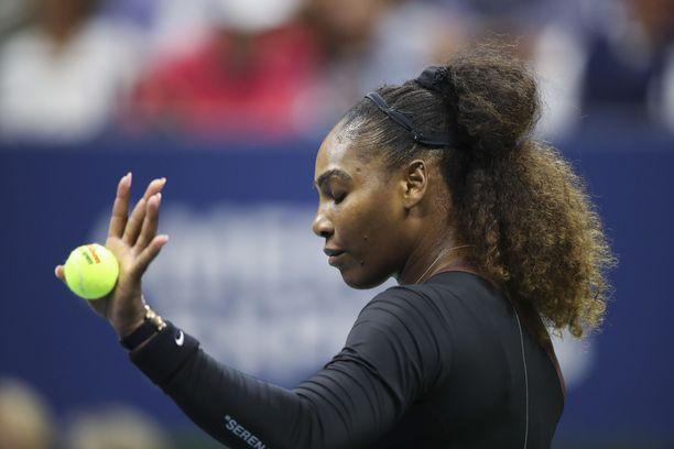 Serena Williams väitti tulleensa kaltoin kohdelluksi Yhdysvaltain avoimen tennisturnauksen loppuottelussa.