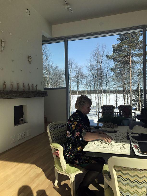 Luonto tulee osaksi sisustusta Anun työhuoneessa.