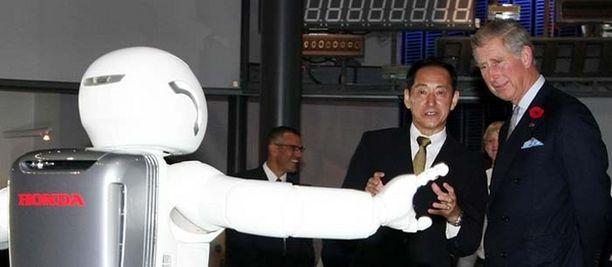 Robotit arkipäiväistyvät. Hondan Asimo-robotti esiintyi prinssi Charlesille Tokiossa.